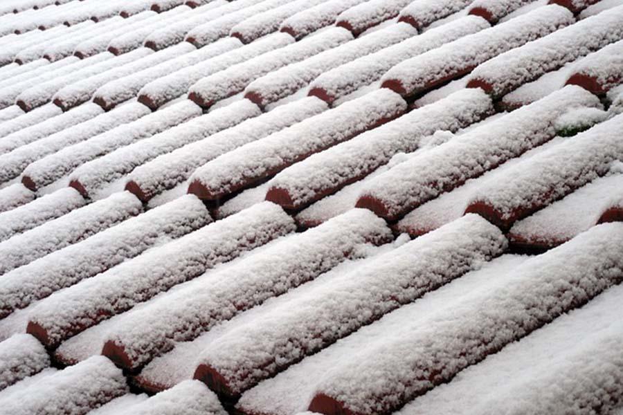 Odśnieżanie dachu – jak zapewnić bezpieczeństwo?
