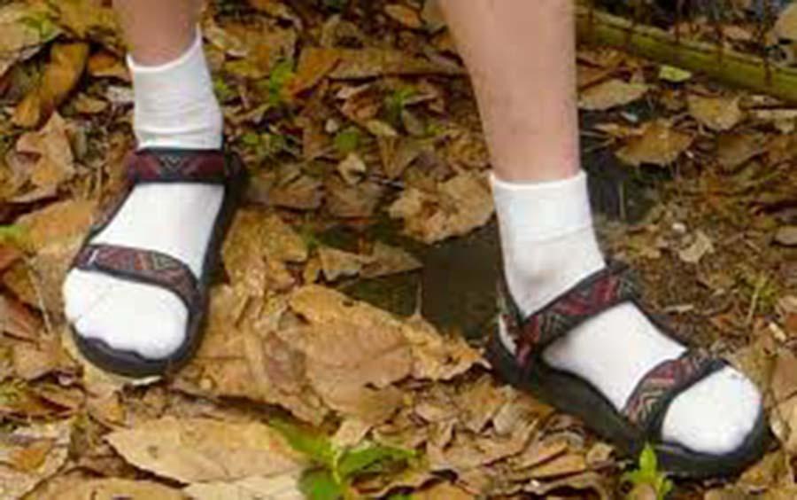 Dlaczego Twoja szeptanka to skarpetki w sandałach?