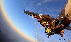 Szukasz nietypowego prezentu pod choinkę? Kup skok ze spadochronem!