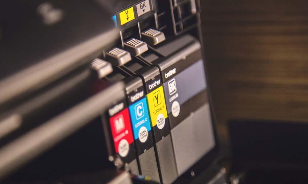 Zamienniki kartridży i tonerów – czy warto je kupować do swoich drukarek?