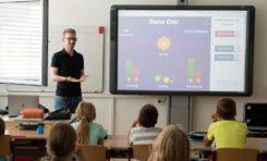 Projektor multimedialny i 2 inne sprzęty, które ułatwią pracę w szkole